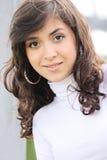 Jonge brunette in wit Royalty-vrije Stock Afbeeldingen
