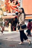 Jonge bureaudame die op smartphone spreken stock foto