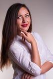 Jonge bureauvrouw in wit overhemd stock fotografie