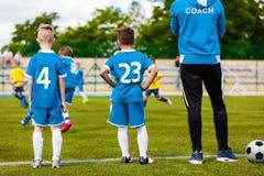 Jonge Bus Coaching Junior Soccer Team royalty-vrije stock afbeeldingen