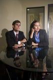 Jonge businesspeople twee die in vergadering luistert royalty-vrije stock foto