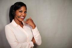 Jonge callcenterexploitant die bij de camera glimlachen royalty-vrije stock afbeelding