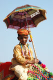 Jonge cameleer die bij de concurrentie van de kameeldecoratie bij veemarkt aan Pushkar, India voorbereidingen treffen deel te neme Royalty-vrije Stock Foto's