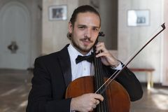 Jonge cellist die de cello spelen royalty-vrije stock foto's