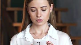 Jonge cellphone van het meisjesgebruik voor online mededeling stock videobeelden
