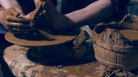 Jonge ceramists die de pot van de kleikruik vormen stock footage