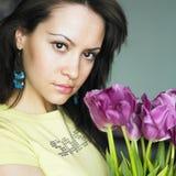 Jonge charmante vrouw met boeket van tulpen Stock Afbeelding