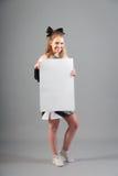 Jonge Cheerleader On Gray Background Stock Afbeelding