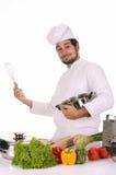 Jonge chef-kok die lunch voorbereidt Stock Afbeeldingen