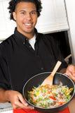 Jonge chef-kok met wok royalty-vrije stock foto's