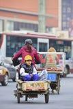 Jonge Chinese jongen in een vrachtfiets Stock Afbeelding