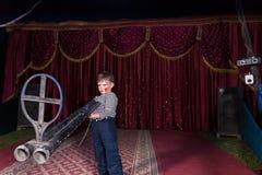 Jonge Clown Standing op het Grote Kanon van de Stadiumholding Royalty-vrije Stock Afbeelding