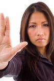 Jonge collectieve vrouw die tegenhoudend gebaar toont Royalty-vrije Stock Afbeelding