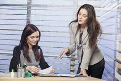 Jonge collega's die in het bureau samenwerken royalty-vrije stock foto
