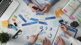 Jonge commerciële teambrainstorming en het bespreken van businessplannen stock video