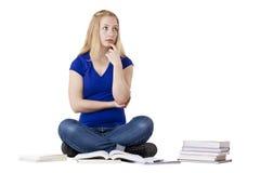 Jonge, contemplatieve vrouwelijke student met boeken Stock Afbeelding