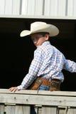 Jonge cowboy op omheining stock fotografie