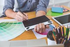 Jonge creatieve grafische ontwerper die aan architecturaal project werken stock foto