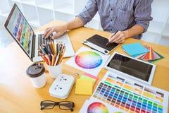 Jonge creatieve grafische ontwerper die aan architecturaal project werken stock afbeelding