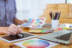 Jonge creatieve grafische ontwerper die aan van de project architecturale tekening en kleur monsters, selectie het kleuren op gra royalty-vrije stock foto