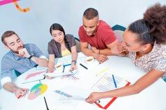 Jonge creatieve mensen bij brainstorming Stock Afbeelding