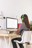 Jonge creatieve vrouw die op kantoor werken royalty-vrije stock foto