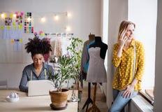 Jonge creatieve vrouwen met laptop in studio, startzaken Royalty-vrije Stock Foto