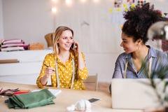Jonge creatieve vrouwen met laptop in studio, startzaken Royalty-vrije Stock Fotografie