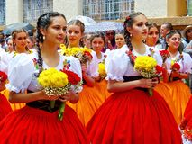 Jonge cuencanas van vrouwen volksdansers op parade, Ecuador stock afbeeldingen