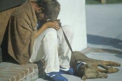 Jonge dakloze mens en zijn hondzitting op stoep, de Stad van New York, New York Royalty-vrije Stock Afbeelding