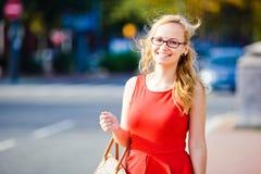 Jonge dame bij kruispunten Royalty-vrije Stock Foto