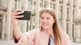 Jonge Dame Chatting op de Telefoon in Stad stock fotografie