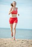 Jonge dame die bij het zonnige strand van het de zomerzand lopen workout jog royalty-vrije stock foto