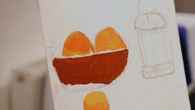 Jonge dame die een beeld in olieverven, kunststudio, creativiteit en hobbys schilderen stock videobeelden