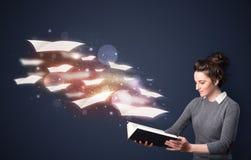 Jonge dame die een boek met vliegende bladen lezen die uit B komen royalty-vrije illustratie