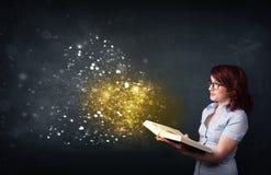 Jonge dame die een magisch boek lezen stock foto