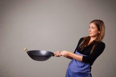 Jonge dame die een pan houden Stock Afbeeldingen