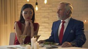 Jonge dame die en oude echtgenoot om geld, huwelijk flirten vragen van gemak stock videobeelden