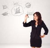 Jonge dame die financiële grafiekpictogrammen en symbolen schetsen stock foto's
