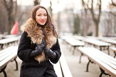 Jonge dame die in het park glimlachen royalty-vrije stock fotografie