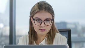 Jonge dame die met glazen laptop bekijken royalty-vrije stock foto's