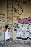 Jonge dame die onbekend onder ogen ziet Stock Foto's