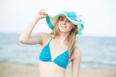 Jonge dame die op een strand zonnebaden Het mooie vrouw stellen bij Stock Afbeeldingen