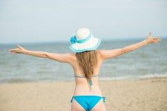 Jonge dame die op een strand zonnebaden Het mooie vrouw stellen bij Stock Foto's