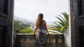 Jonge dame die zich op balkon van de villa van Portugal bevinden stock video