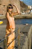 Jonge dame in een haven die aan de horizon kijkt Royalty-vrije Stock Afbeelding