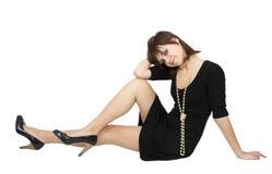Jonge dame in een zwarte kleding met parels Royalty-vrije Stock Fotografie