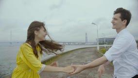 Jonge dame in geel kledings dansend rots-n-broodje met haar vriend stock video