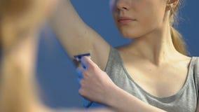Jonge dame het scheren oksels in badkamers, de procedure van de ochtendschoonheid, hygi?ne stock footage