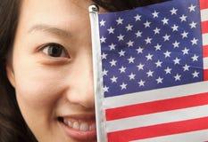 Jonge dame met de vlag van de V.S. Stock Fotografie